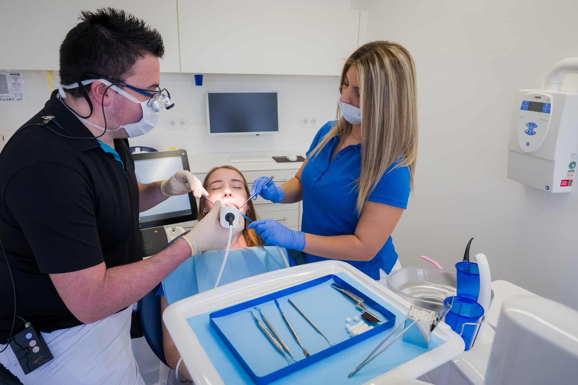 Zahnarzt in Mühlheim - Dr. Hintze bei der Arbeit